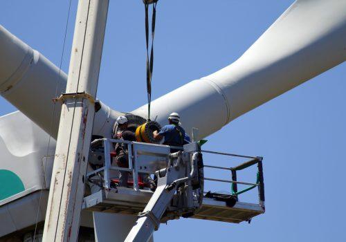 Unos operarios hacen tareas de mantenimiento en la turbina de un aerogenerador